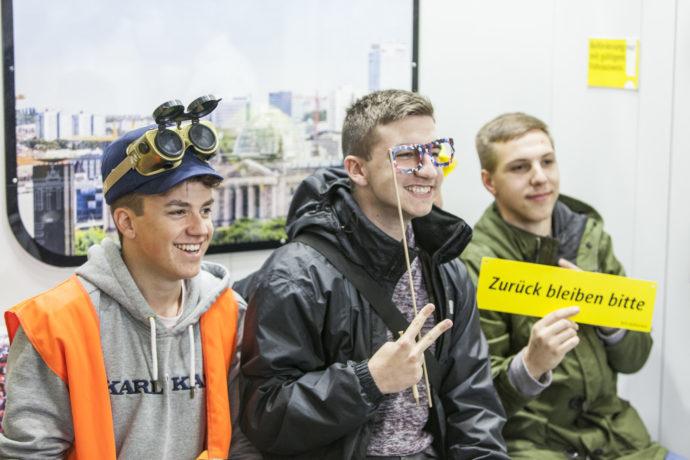 Schüler beim Stand der Berliner Verkehrsbetriebe auf der Einstieg Berlin Foto: Einstieg GmbH